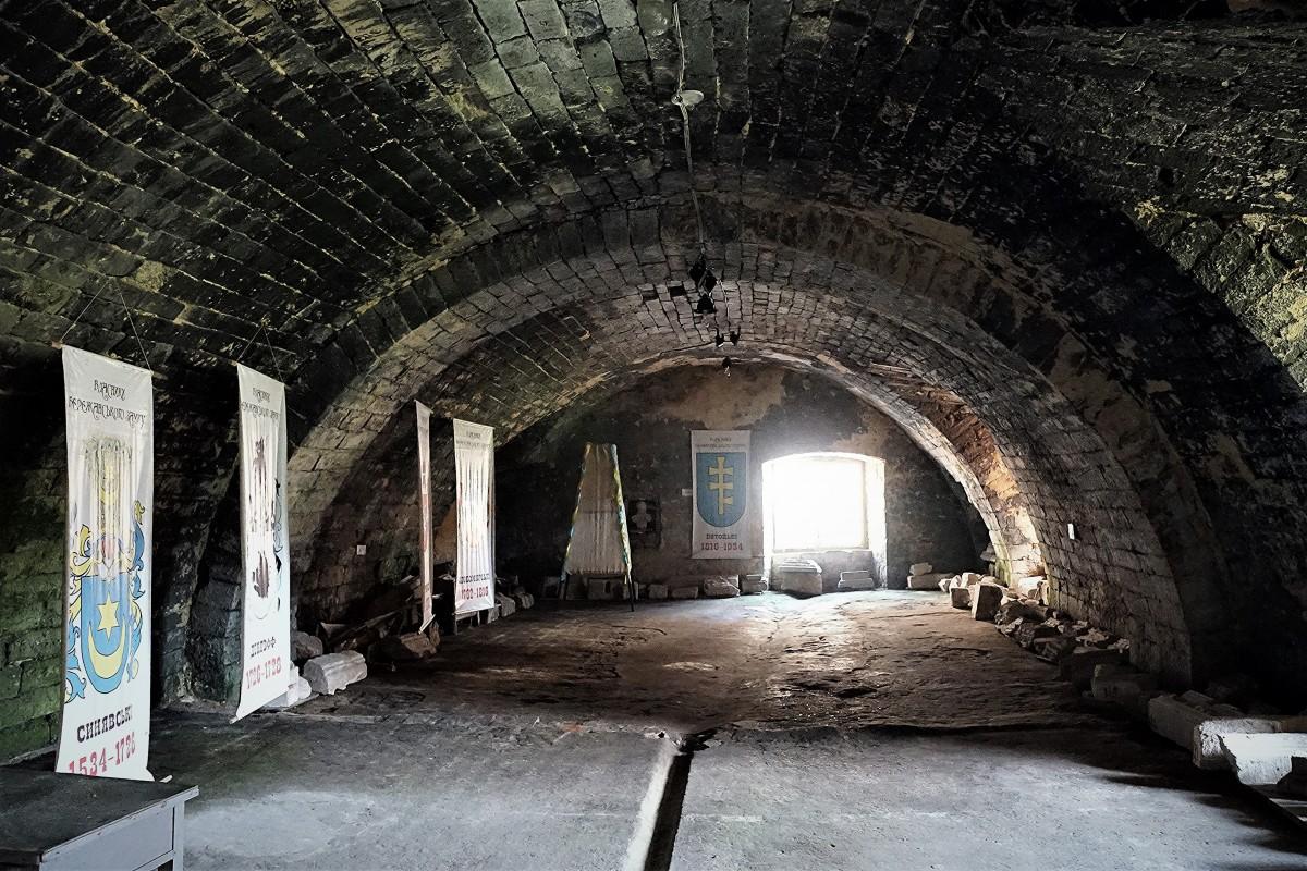 Zdjęcia: Zamek w Brzeżanach, Obwód Tarnopolski, Wypalone wnętrze, UKRAINA