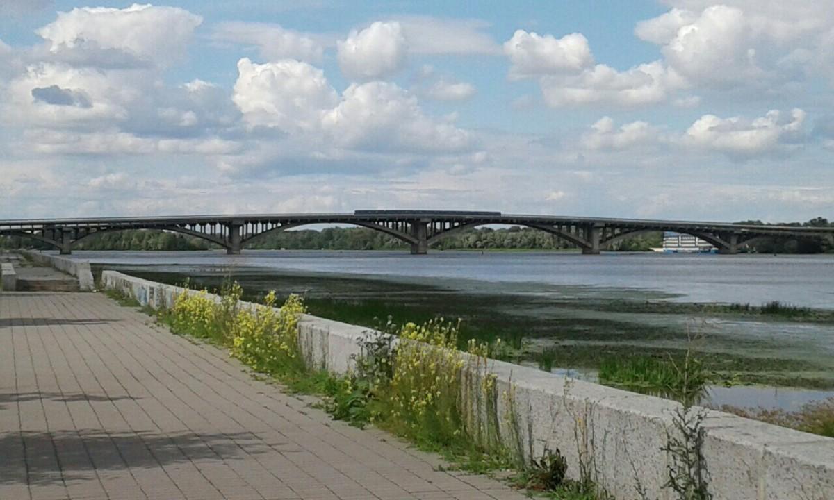 Zdjęcia: Park Nowodnycki, Kijów, Widok na most metra w Kijowie, UKRAINA