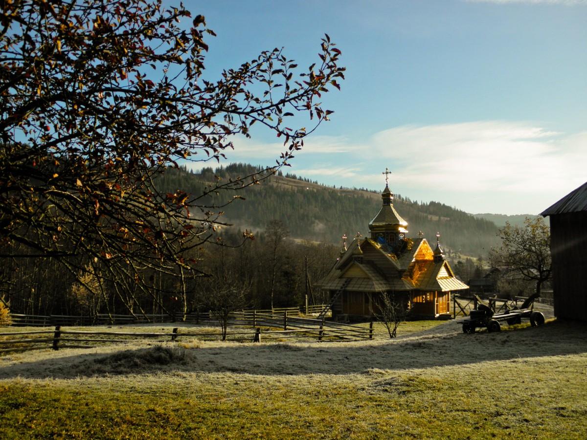 Zdjęcia: Czarnohora, obwód iwanofrankowski, w cerkwi baniach, UKRAINA
