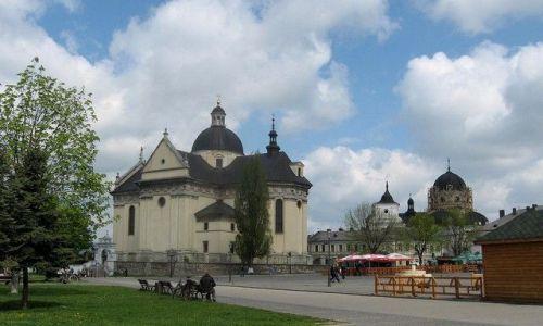 Zdjęcie UKRAINA / Lwowski / Żółkiew / bazylika św. Wawrzyńca i kompleks dominikański w tle