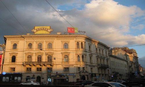 Zdjecie UKRAINA / Lwowski / Lwów / kamienice Lwowa w zachodzacym słońcu