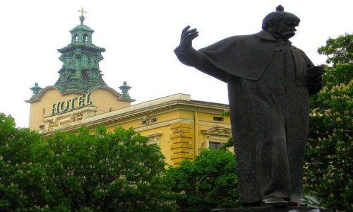 Zdjęcie UKRAINA / Lwowski / Lwów / to nie hotel zdobi ta wieża