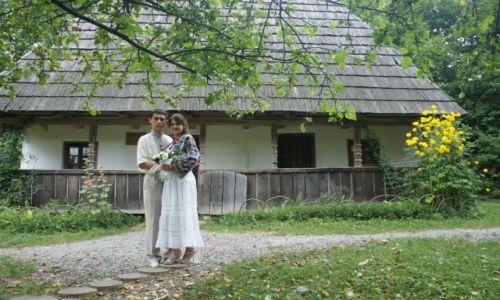 Zdjęcie UKRAINA / Zachodnia Ukraina / Muzeum Architektury Ludowej i Życia Wiejskiego we Lwowie / Młoda para w skansenie