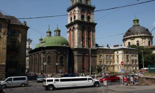 Zdjęcie UKRAINA / Zachodnia Ukraina / Lwów / Limuzyna przed cerkwią