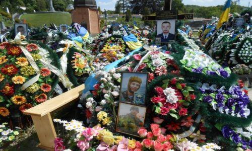UKRAINA / Lwów / Cmentarz Łyczakowski / Świeże groby żołnierzy zabitych w Donbasie