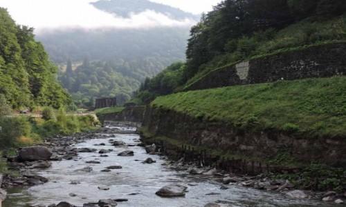 Zdjecie UKRAINA / Zakarpats'ka oblast / Yasina / Dolina Cisy - na drugim planie zabytkowy most kolejowy