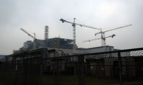 UKRAINA / obwód Kijowski / Czarnobylska Elektrownia Jądrowa / Stary sarkofag skrywający IV reaktor Czarnobylskiej Elektrowni Jądrowej
