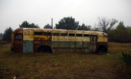 Zdjecie UKRAINA / obwód Kijowski / Czarnobyl / Wrak autobusu w Czarnobylskiej Strefie Wykluczenia
