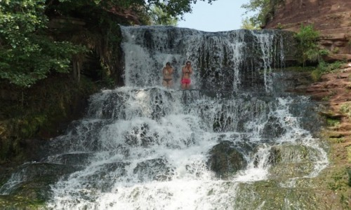 Zdjęcie UKRAINA / Tarnopol / Reka Dżuryn w okolicy Czerwonogrodu / Kąpiel w wodospadzie
