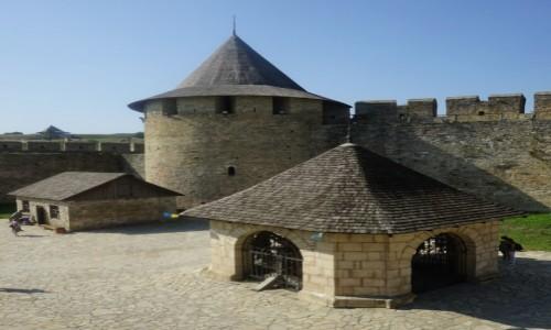 Zdjęcie UKRAINA / Czerniowce / Zamek w Chocimiu / Studnia, mur i baszta
