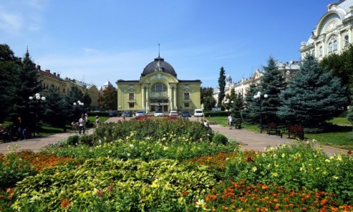 Zdjęcie UKRAINA / Czerniowce  / . / W parku przed teatrem