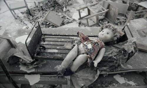 Zdjęcie UKRAINA / obwód Kijowski / Czarnobyl/Prypeć / czerwona sukienka