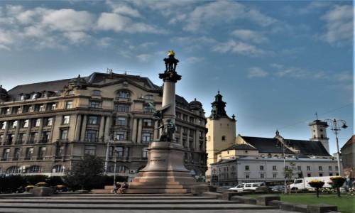 Zdjęcie UKRAINA / Obwód lwowski / Lwów / Lwów, pomnik Mickiewicza i katedra łacińska