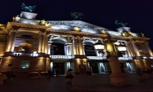 UKRAINA / Galicja / Lwów / Opera lwowska nocą..
