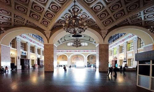 Zdjęcie UKRAINA / Charków / Dworzec kolejowy  / W drodze do kas