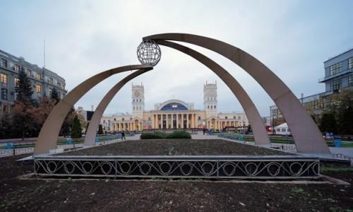 UKRAINA / Charków / . / Przed dworcem kolejowym