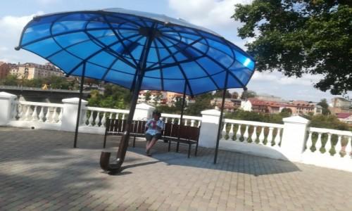 Zdjecie UKRAINA / - / kamieniec podolski / W cieniu parasolki