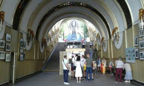 UKRAINA / Kijów / widok wewnętrzny od dołu / Funikular w Kijowie-4