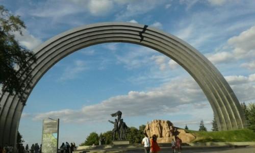 UKRAINA / Kijów / Park Chreszczaty / Łuk przyjaźni narodów-1