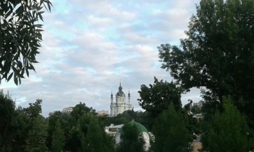 UKRAINA / Kijów / Plac Kontraktowy / Widok na kościół św. Andrzeja w Kijowie-2