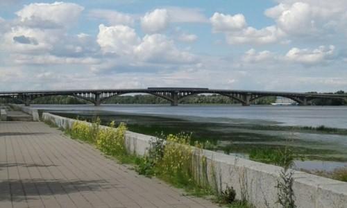 UKRAINA / Kijów / Park Nowodnycki / Widok na most metra w Kijowie