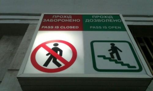 Zdjecie UKRAINA / Kijów / Metro Chreszczatyk / Drogowkaz metro Chreszczatyk-2