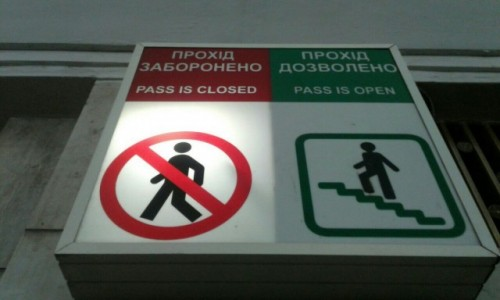 UKRAINA / Kijów / Metro Chreszczatyk / Drogowkaz metro Chreszczatyk-2