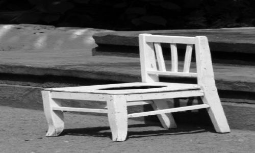 Zdjecie UKRAINA / brak / Lwów ,na tyłach ormiańskiej / krzesełko od Chaplina? :)