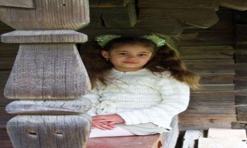 Zdjęcie UKRAINA / Zakarpacie / okolice Wołowca / Dziewczynka przy cerkwi