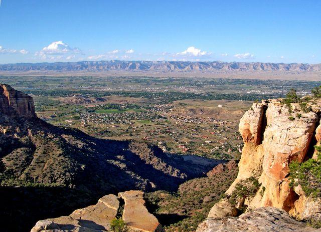 Zdj�cia: Kolorado /  Colorado National Monument, miasteczko w dolinie, USA