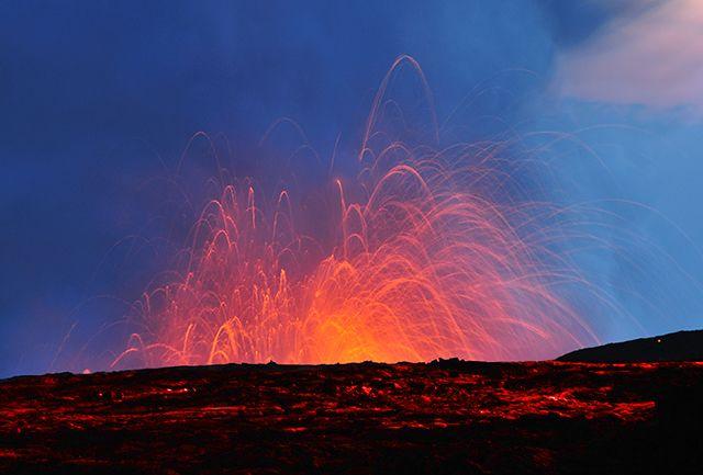 Zdjęcia: wyspa Big Hawaaii, Hawaje, Lawa w zetknięciu z oceanem rozpryskuje się na tysiące kawałków, USA