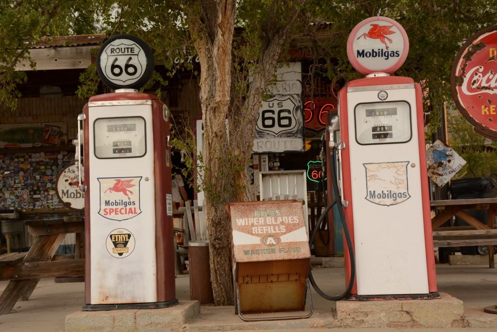 Zdjęcia: gdzieć pomiędzy Flagstaff a Las Vegas, Arizona, Pozostałości legendy Route 66 - nieczynna stacja benzynowa, USA