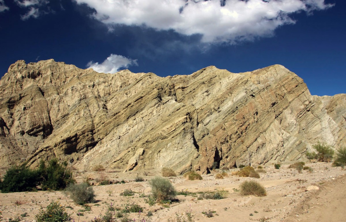"Zdjęcia: Uskok San Andreas, płd Kalifornia, ""Pogięte"" skałki, USA"