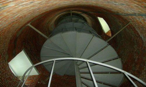 Zdjecie USA / North Carolina / Outer Banks - Ocracoke Island / schody wewnetrzne w latarni