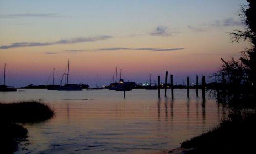 Zdjecie USA / North Carolina / Outer Banks - Ocracoke Island / w porcie jachtowym o zmroku