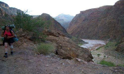 Zdjecie USA / -Grand Canyon (Wielki Kanion) / Arizona / z plecakiem w dol kaniony