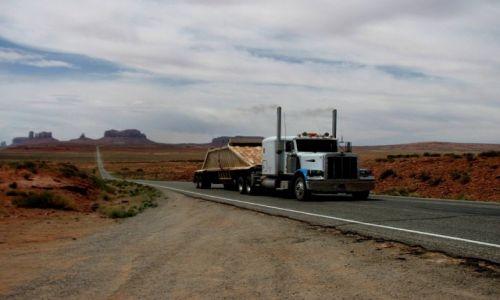 Zdjęcie USA / Arizona/Utah / w drodze / a Monument Valley w tle...