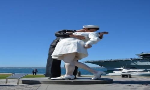 USA / Kalifornia / San Diego / marynarz całujący dziewczynę w porcie
