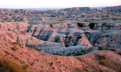 Zdjecie USA / South Dacota / Badlands National Park / Kolorowe Badlands o zachodzie