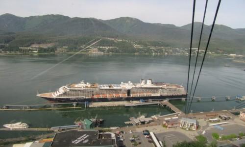 Zdjecie USA / Juneau / Widok z góry na statek wycieczkowy / Juneau - stolica stanu Alaska  USA