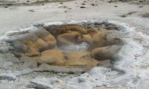 USA / Wyoming / Yellowstone / malutki gejzerek