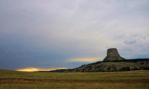 Zdjecie USA / Wyoming / Devils Tower National Monument / Przed burzą
