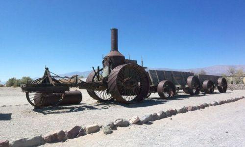 USA / brak / Kalifornia / parowy traktor w Dolinie Smierci