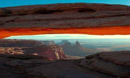 USA / Utah / Canyonlands / Island in the sky /Mesa arch / okno z widokiem...