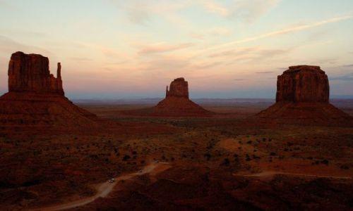 USA / Arizona / Monument Valley / Cudowna kraina Navajo -  zachód słońca...