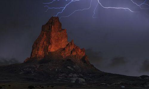 Zdjecie USA / Arizona / okolice Kayenta / Burza nad Agathla Peak