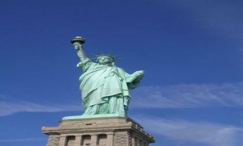 Zdjecie USA / Nowy Jork / Liberty Island / zieleń na postumencie w otoczeniu pięknego błękitu nieba