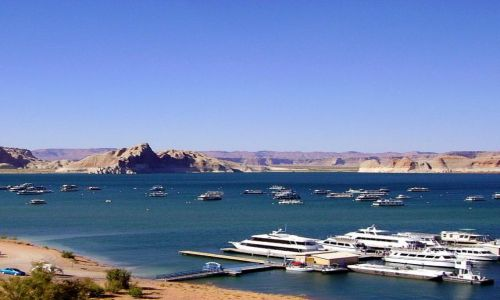 USA / Arizona / okolice Page / widok na marine na Lake Powell