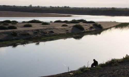 UZBEKISTAN / Wschodni Uzbekistan / Syr-daria / A wieczorem na ryby