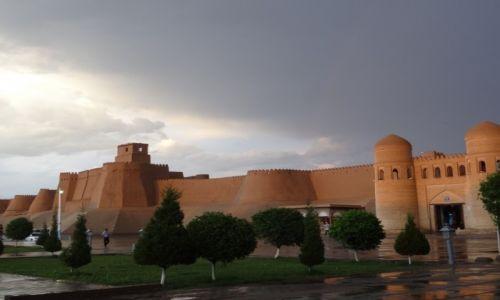 Zdj�cie UZBEKISTAN / - / Chiwa / Mury Chiwy w deszczu